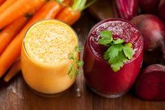 Бураки смешивания и соки моркови на деревянной предпосылке стоковая фотография rf