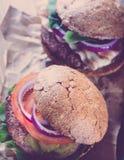 2 бургера закрывают вверх в стиле фильтра instagram Стоковое Изображение