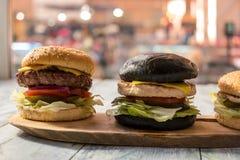 2 бургера на деревянной доске Стоковое Изображение