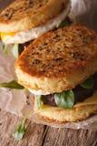 2 бургера рамэнов с концом-вверх яичка и сыра вертикально Стоковые Фотографии RF
