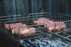 Бургеры говядины Forcemeat на гриле Стоковое Изображение RF