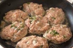 Бургеры мяса зажарили в лотке, варя, еде Стоковое Фото