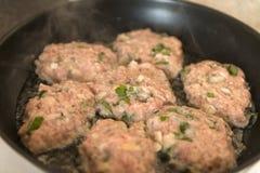 Бургеры мяса, котлеты зажарили в сковороде, еде, варя Стоковая Фотография