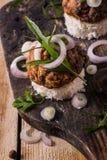 Бургеры доски на хлебе с луком Стоковая Фотография RF