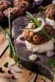 Бургеры доски на хлебе с луком Стоковое Изображение