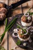 Бургеры доски на хлебе с луком Стоковая Фотография