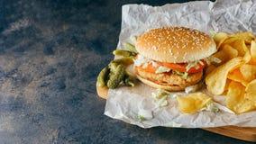Бургеры цыпленка на деревянном подносе Стоковые Изображения
