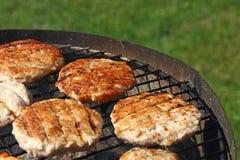 Бургеры цыпленка или индюка для гамбургера на гриле Стоковое фото RF