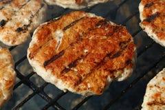 Бургеры цыпленка или индюка для гамбургера на гриле Стоковые Изображения RF