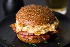 Бургер бекона и взбитого яйца Стоковые Фотографии RF