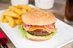 бургер бекона с французскими фраями Стоковое фото RF