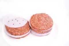 бургер белой предпосылки сырцовый Стоковое Изображение RF