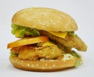 Бургер - большой сочный бургер на белой предпосылке - раундерс Стоковая Фотография