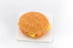 Бургер гамбургера на белой предпосылке Быстро-приготовленное питание Стоковое Изображение