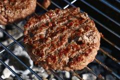 Бургер говядины для гамбургера на гриле барбекю Стоковое Изображение RF