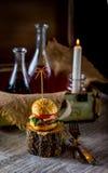 Бургер и бутылки масла и соуса на предпосылке оформления Стоковые Изображения