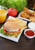 Бургер и наггеты цыпленка стоковое изображение rf
