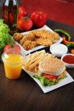 Бургер и наггеты цыпленка стоковое изображение