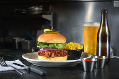 Бургер и пиво грудинки говядины Стоковые Фото