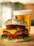 Бургер и пиво Стоковые Фотографии RF