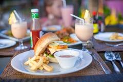 Бургер и фраи на белой плите для обеда стоковые фотографии rf