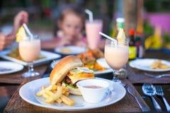Бургер и фраи на белой плите для обеда стоковая фотография