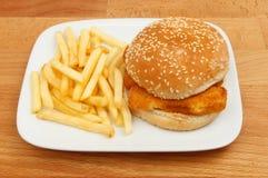 Бургер и фраи рыб на таблице Стоковое фото RF