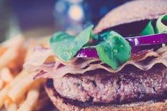 Бургер и французские фраи закрывают вверх на винтажном стиле Стоковая Фотография
