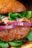 Бургер и французские фраи закрывают вверх на деревянной предпосылке Стоковое Изображение