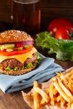 Бургер и французские фраи закрывают вверх на деревянной предпосылке Стоковое фото RF
