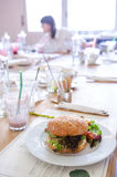 Бургер квиноа Vegan в ресторане стоковое изображение
