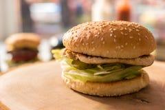 Бургер на деревянной доске Стоковая Фотография