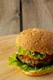 Бургер на деревянной плите Стоковое Изображение RF