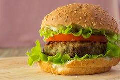 Бургер на деревянной плите Стоковое Фото