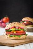 Бургер свеклы Veggie на белой предпосылке деревянного стола и черноты Стоковые Фотографии RF