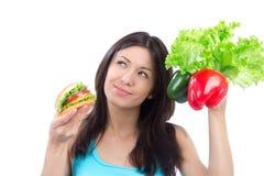 бургер сравнивая свежую женщину салата перцев Стоковые Фотографии RF