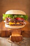 Бургер сыра бекона с луком томата солениь Стоковая Фотография