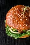 Бургер сыра с зажаренным мясом, сыром, томатом на темной деревянной поверхности Идеал для рекламы Конец-вверх Взгляд сверху Стоковые Фото