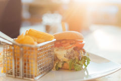 Бургер с заходом солнца Стоковая Фотография