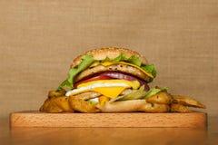 Бургер с 2 котлетами Стоковые Фото
