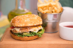Бургер с куриной котлетой и фраями Стоковое фото RF