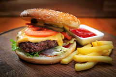 Бургер с мясом на деревянной доске Стоковые Фотографии RF