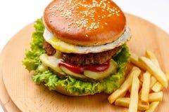Бургер с мясом & яичком Стоковая Фотография RF