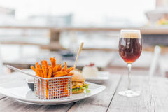 Бургер с Glas пива Стоковые Фото