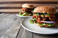 Бургер цыпленка на деревянной таблице Стоковая Фотография