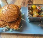 Бургер цыпленка на плите стоковое фото rf