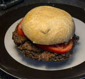 Бургер черной фасоли на домодельной плюшке Стоковое фото RF