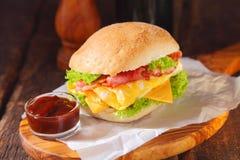 Бургер яичка с кетчуп над деревянной доской сервировки Стоковое Изображение RF