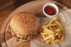 Бургер Cheeseburger с фраями и соусом француза Стоковое Изображение