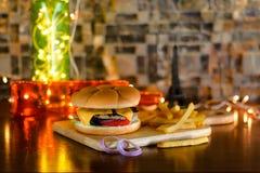 Бургер Patty говядины с фраями сыра и француза стоковые фотографии rf